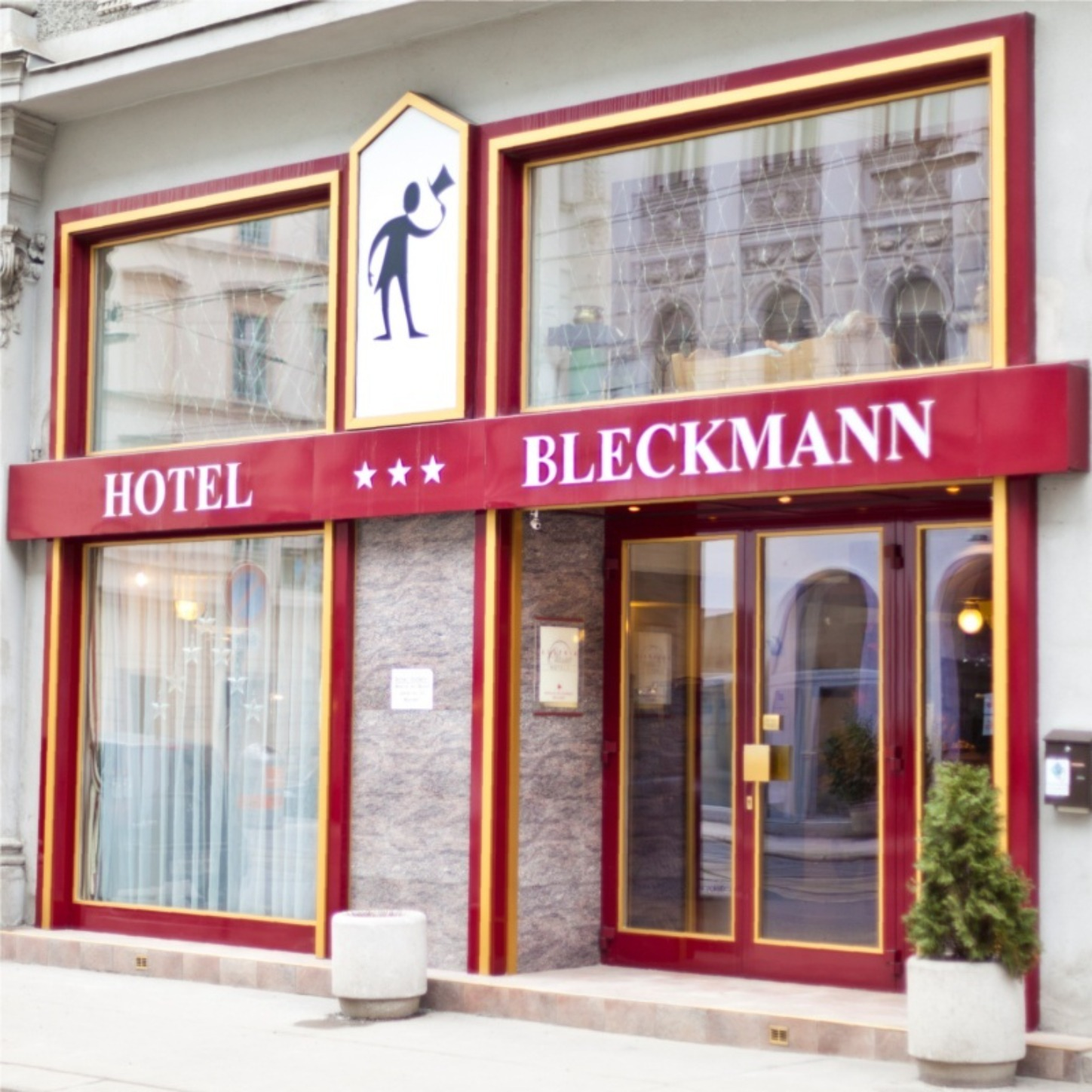 A store front at day at Hotel-Pension Bleckmann.