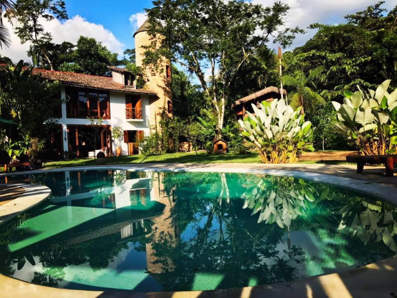 A resort near the water at Estalagem Camburi.