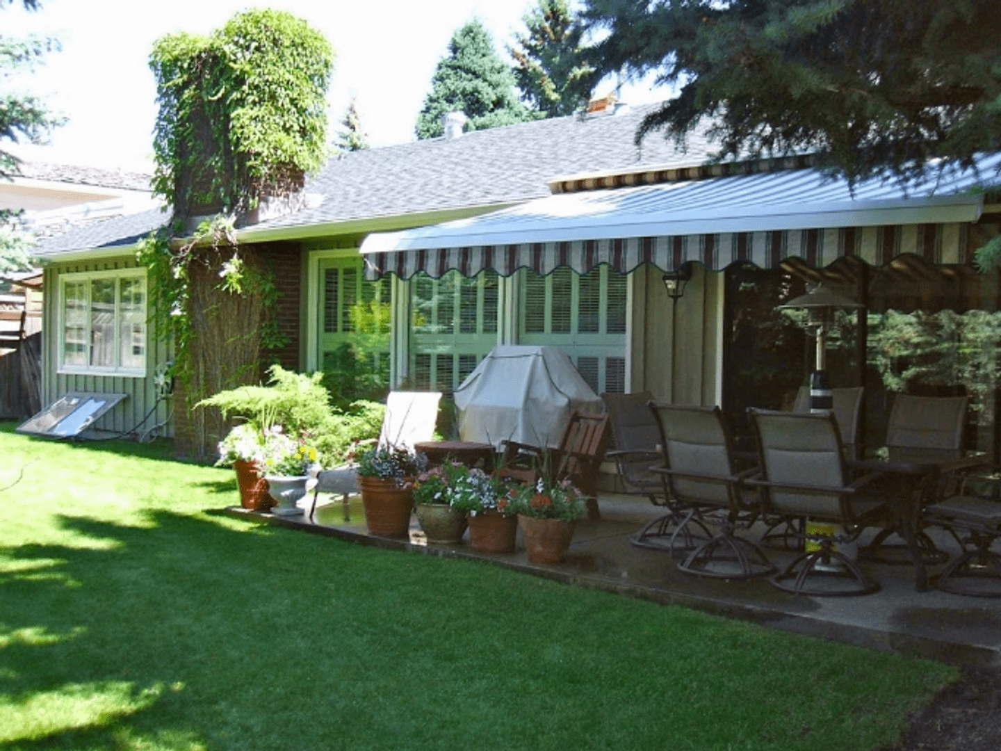 A large lawn in front of a house at Bonaventure Bed and Breakfast.