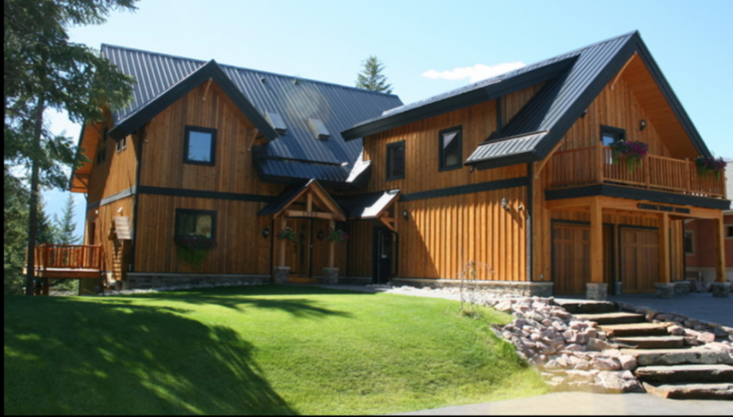 A large lawn in front of a house at Canyon Ridge Lodge.