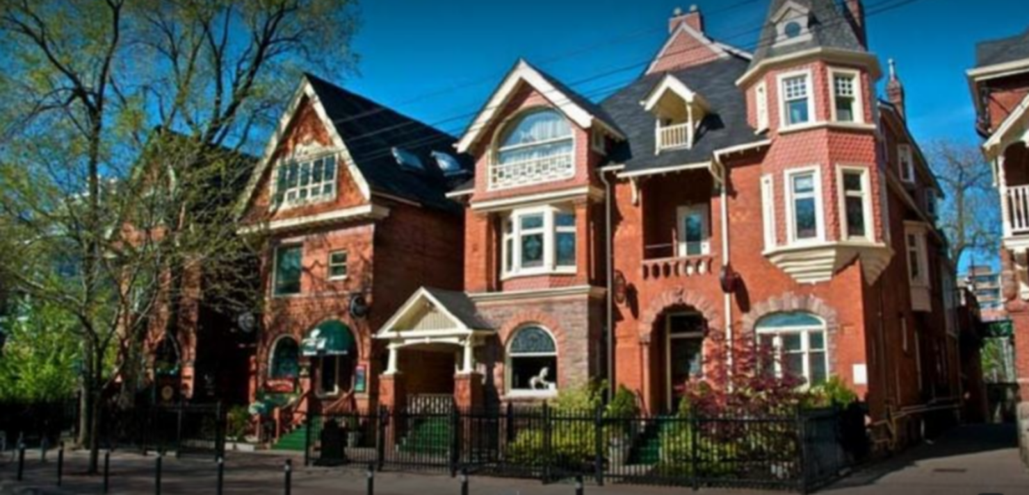A large brick building at Madison Manor Boutique Hotel.