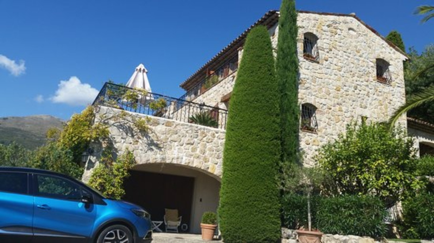 A car parked on the side of a building at La Bastide des Pins.
