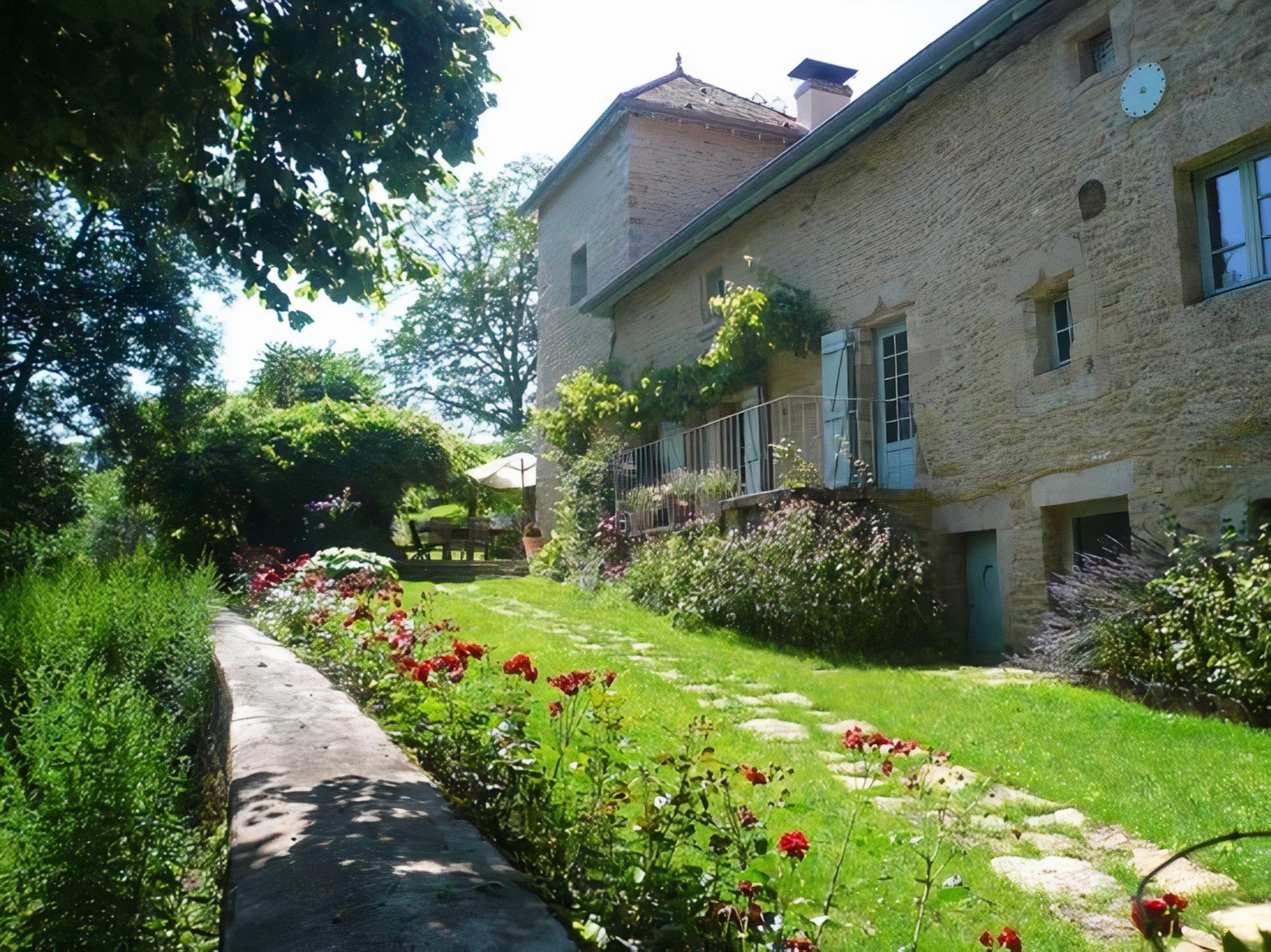 A garden in front of a house at Clos de Fougères.