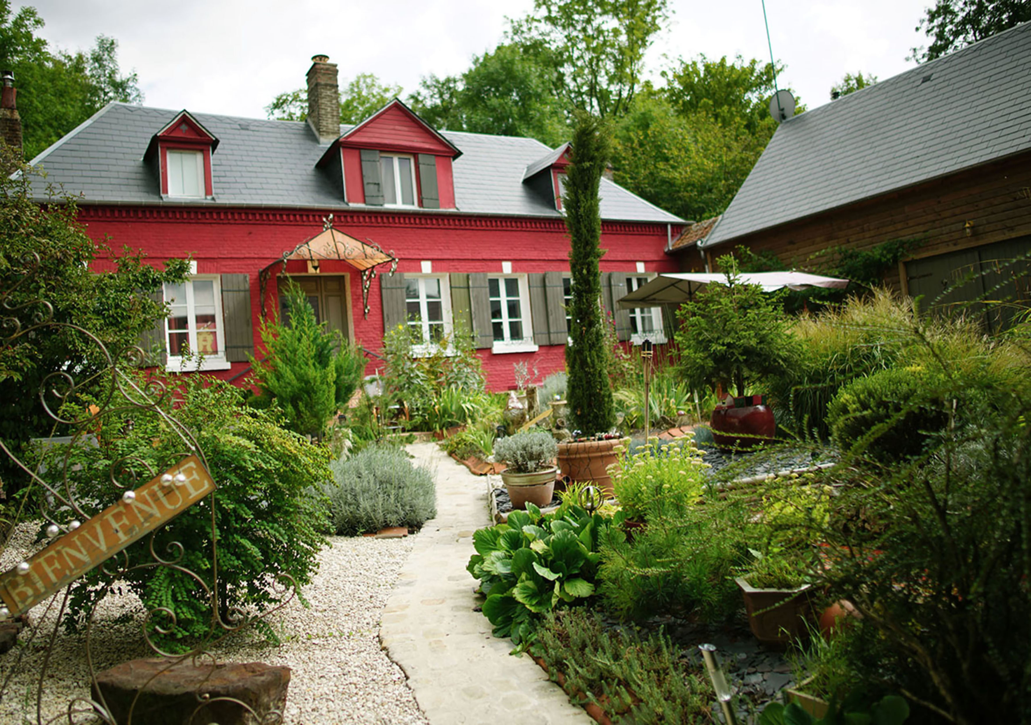 A small house in a garden at Au 2 Maison d'Hôtes.