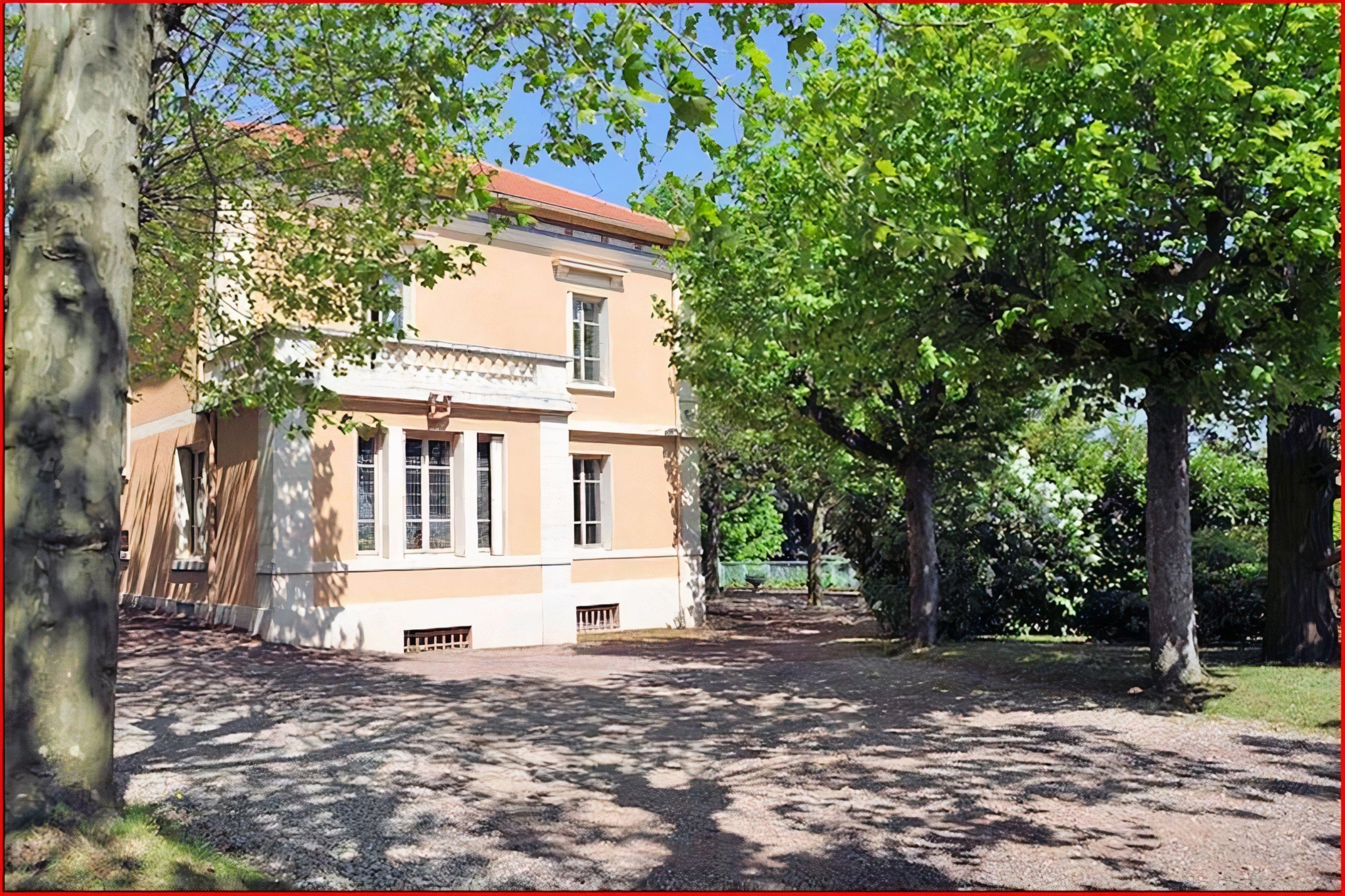"""A tree in front of a building at Chambres d'Hôtes et Gîtes """"Villa Castel"""" près de Lyon."""