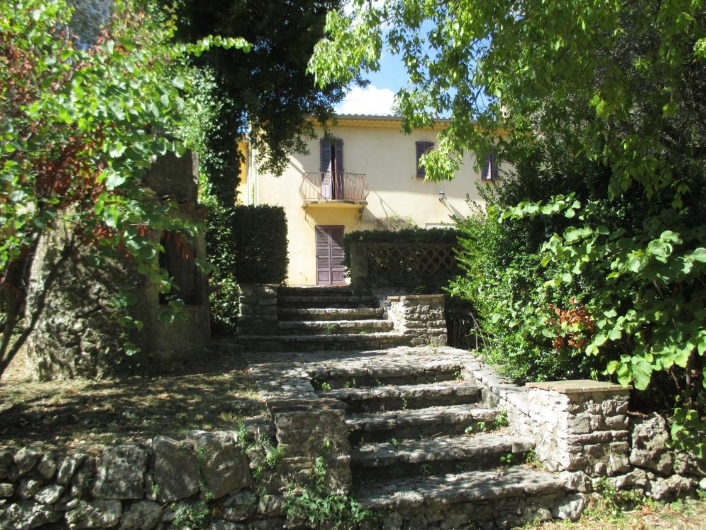 A house with bushes in the background at LE CLOS DES CANEBIERS.
