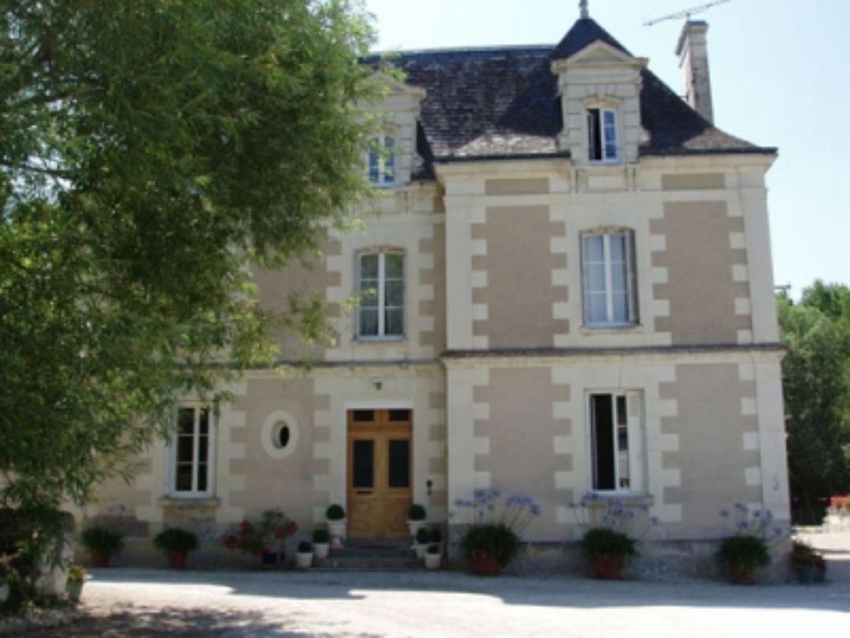 A large white building at Moulin de L'Aumonier.