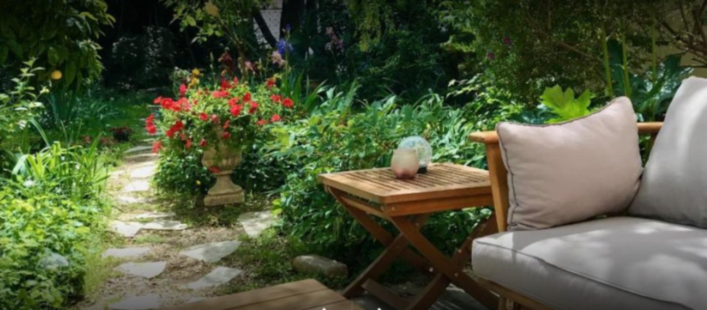 A close up of a flower garden at Villa Pretorina - Chambres d'Hôtes.
