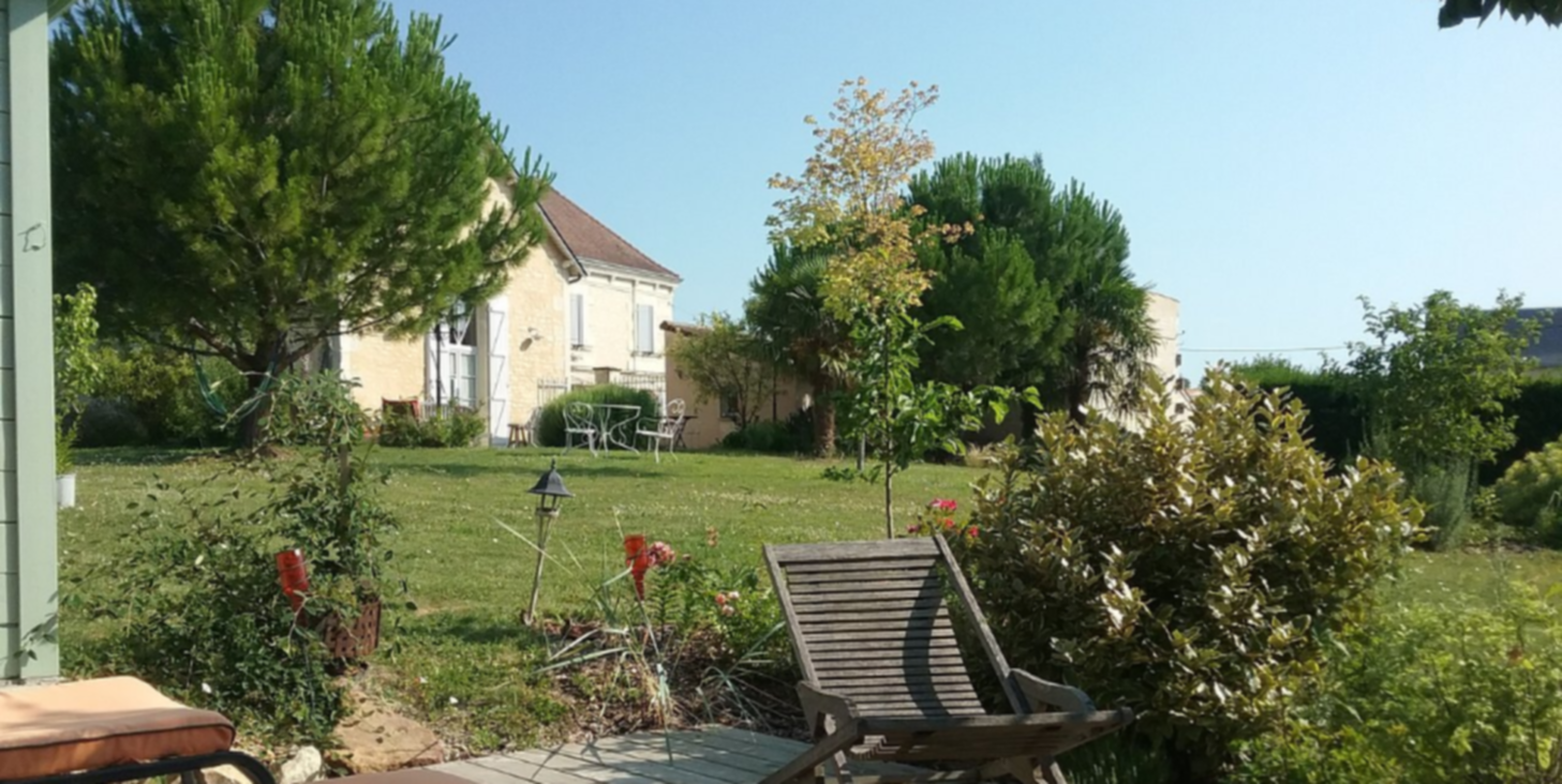 A large lawn in front of a house at Ecole de Rose.