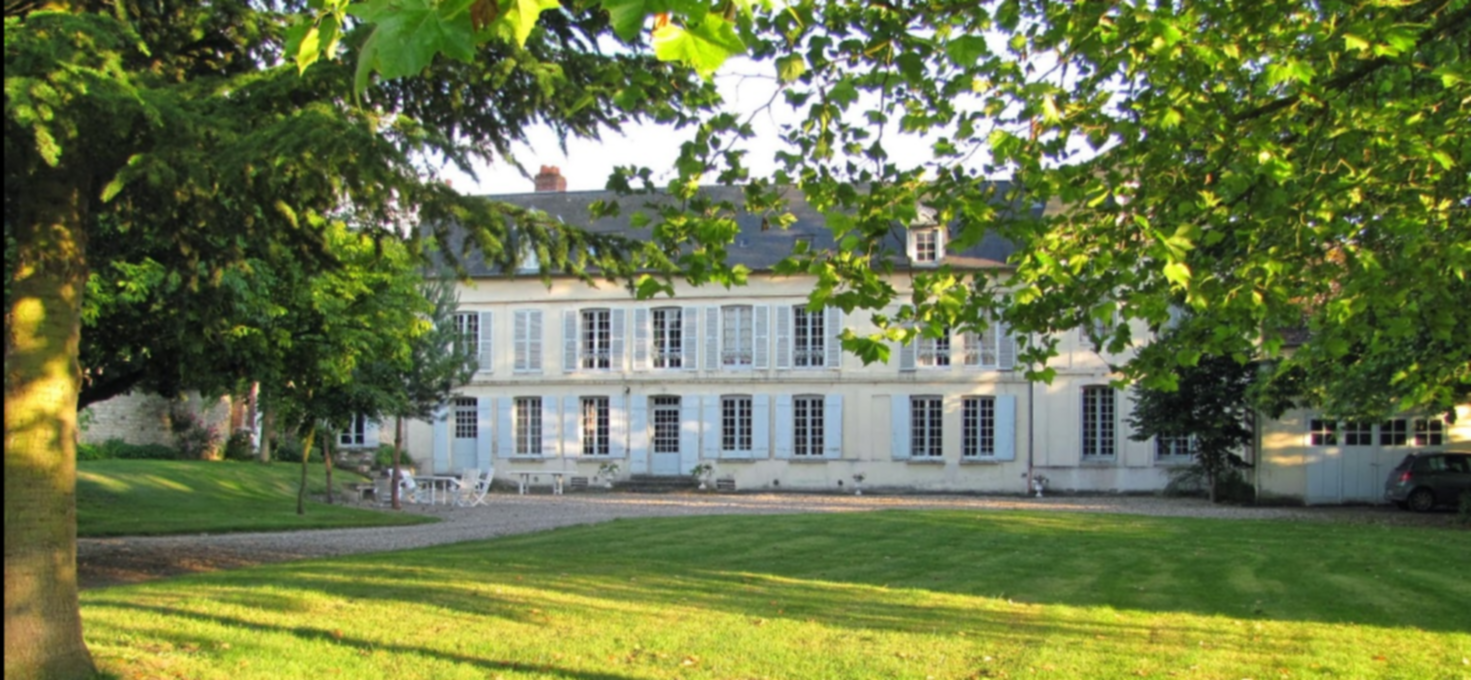 A large tree in a park at Le Brécy Bed and Breakfast Rouen.