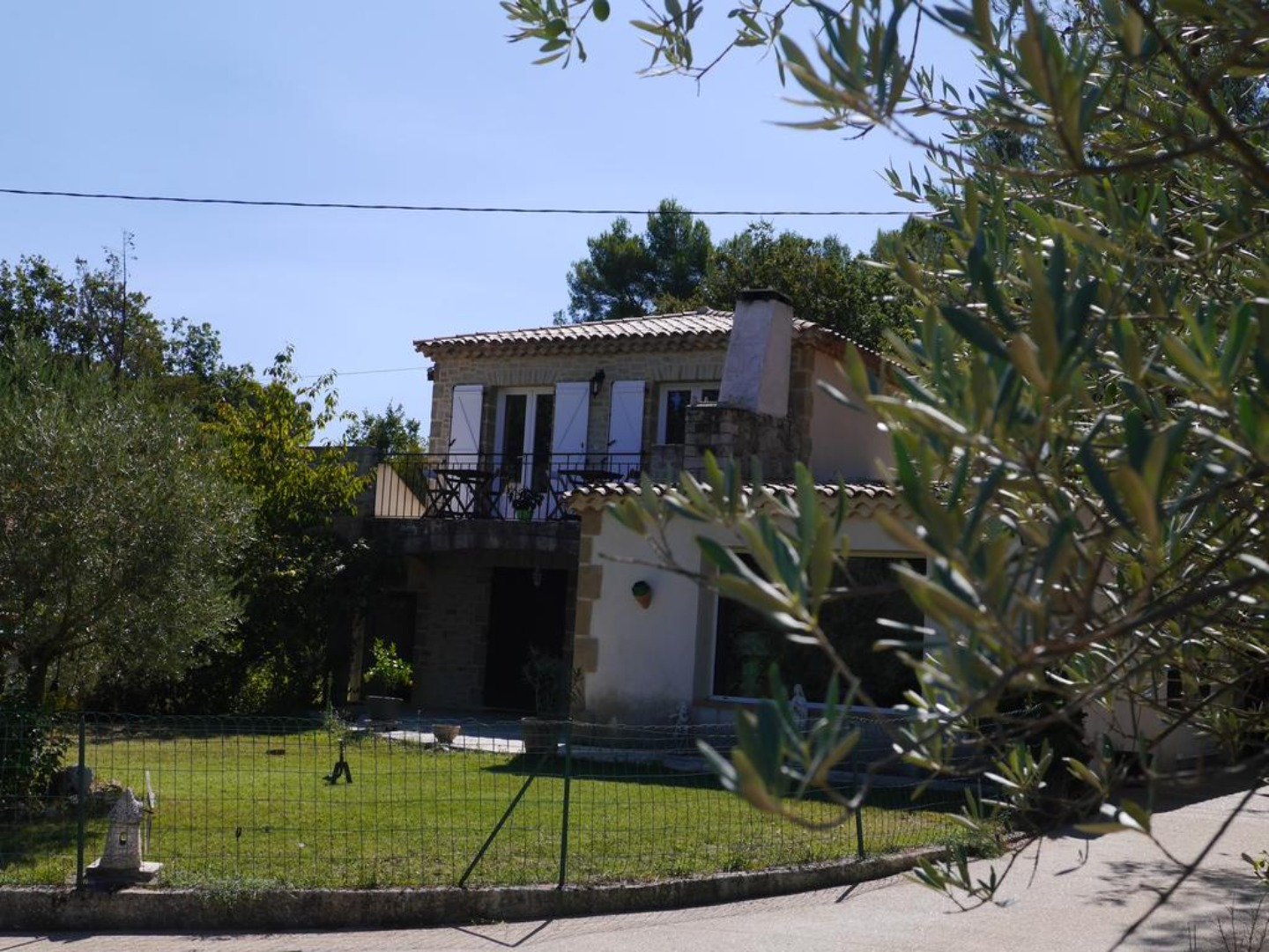 A tree in front of a house at Le Paradis de Clarisse.