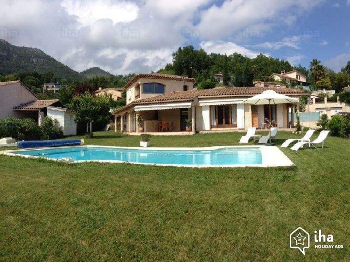 A large lawn in front of a house at Les Lillas.