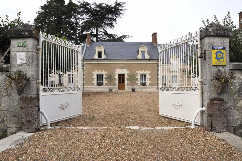 """A stone building at Chambres et tables d'hôtes  """" Le Voriou """"."""