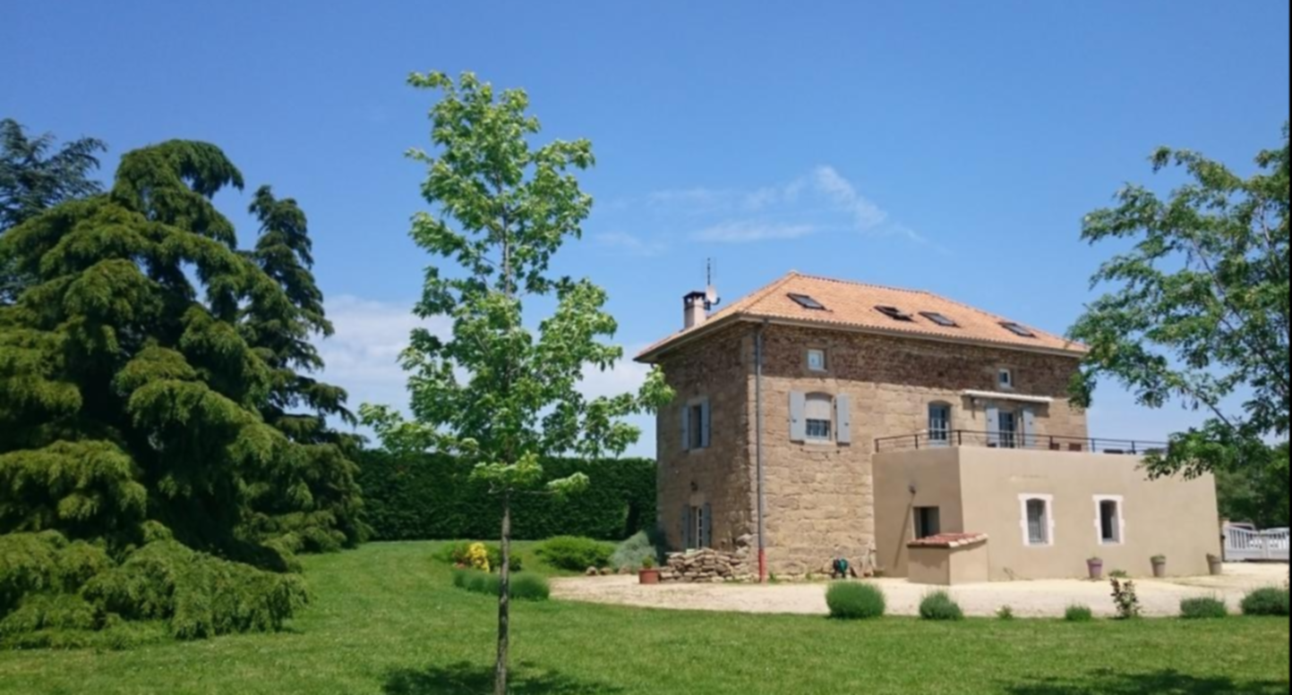 A small clock tower in front of a house at La Méridienne des Collines.