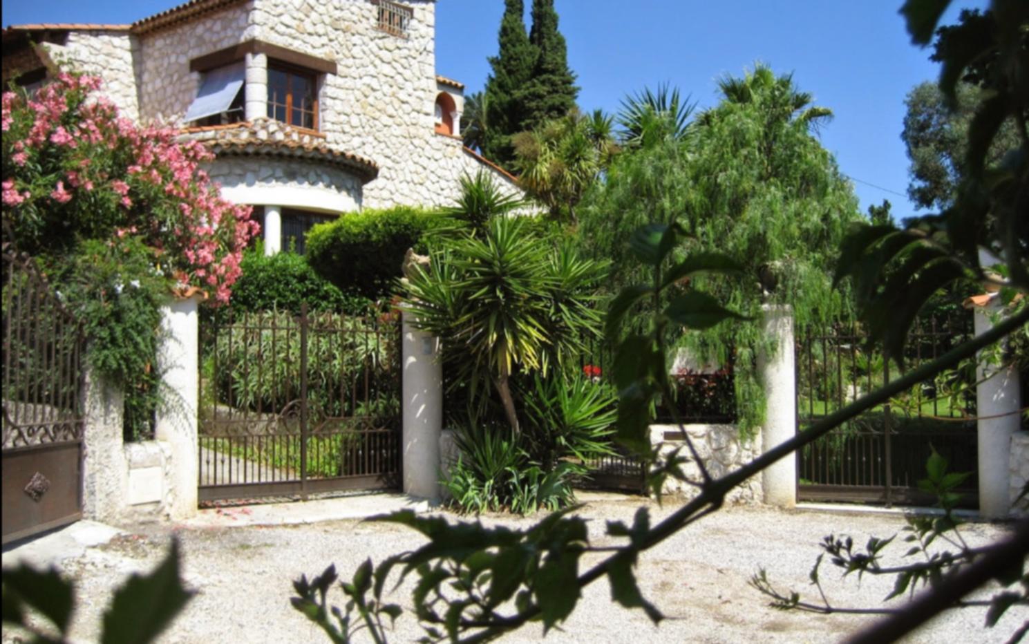 A tree in front of a building at La Magaloun Chambre d'hôtes.