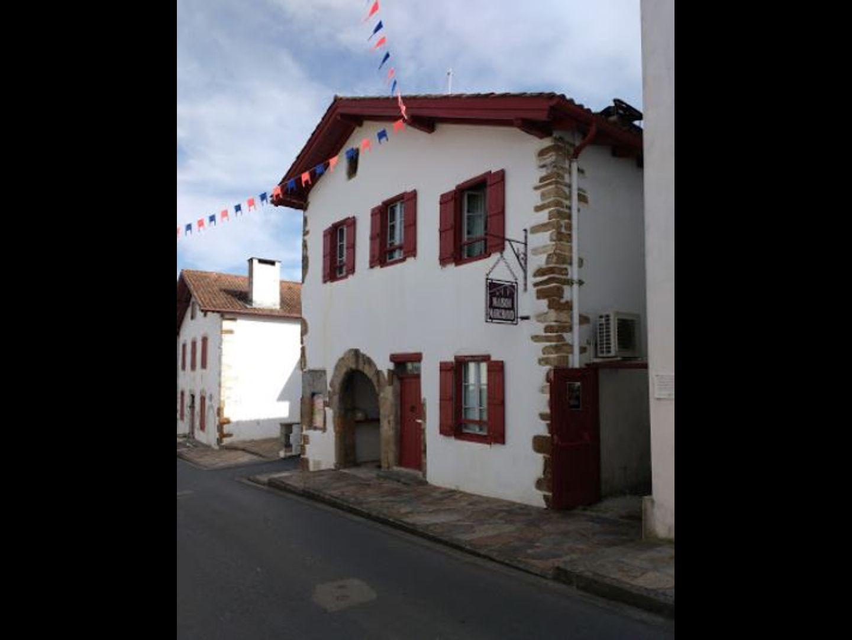 A close up of a brick building at maison marchand Chambres d'hôtes.