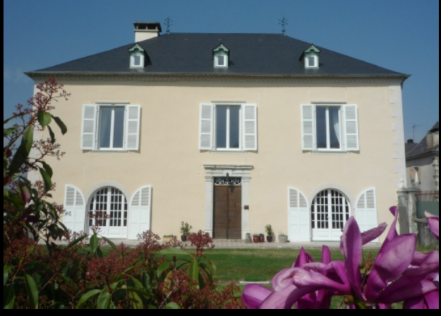 A house in front of a building at Numero Dix Chambres d' hôtes.