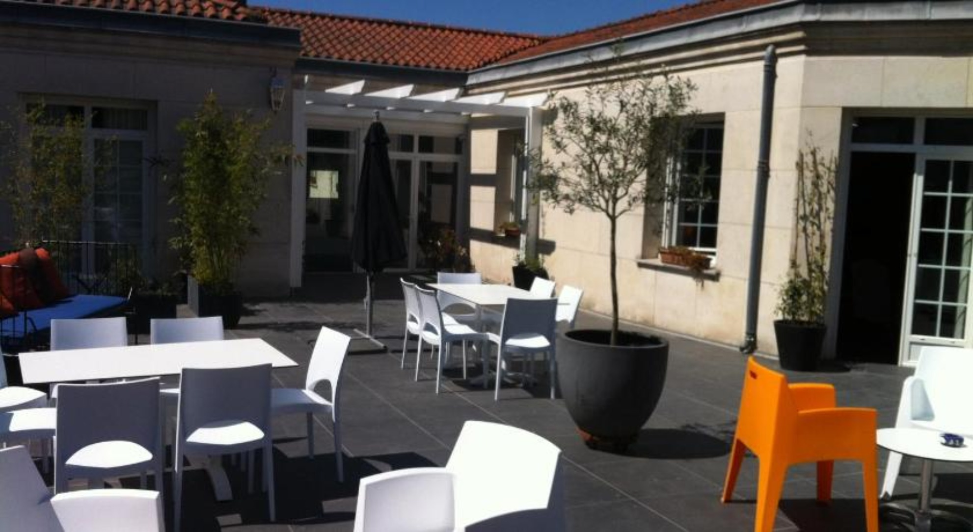 A dining room table in front of a building at La Villa - Bordeaux Chambres d'Hôtes.