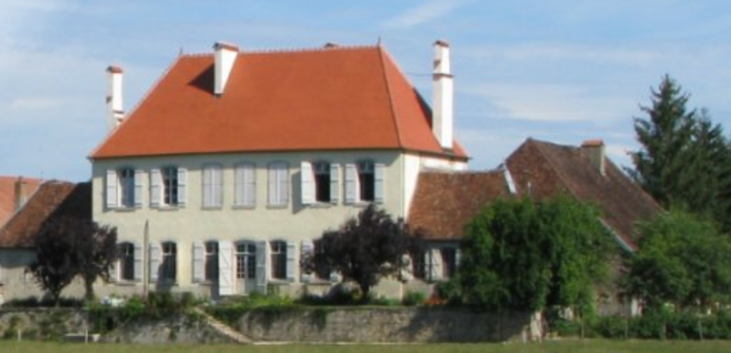 A house with trees in the background at Landgut Romange.