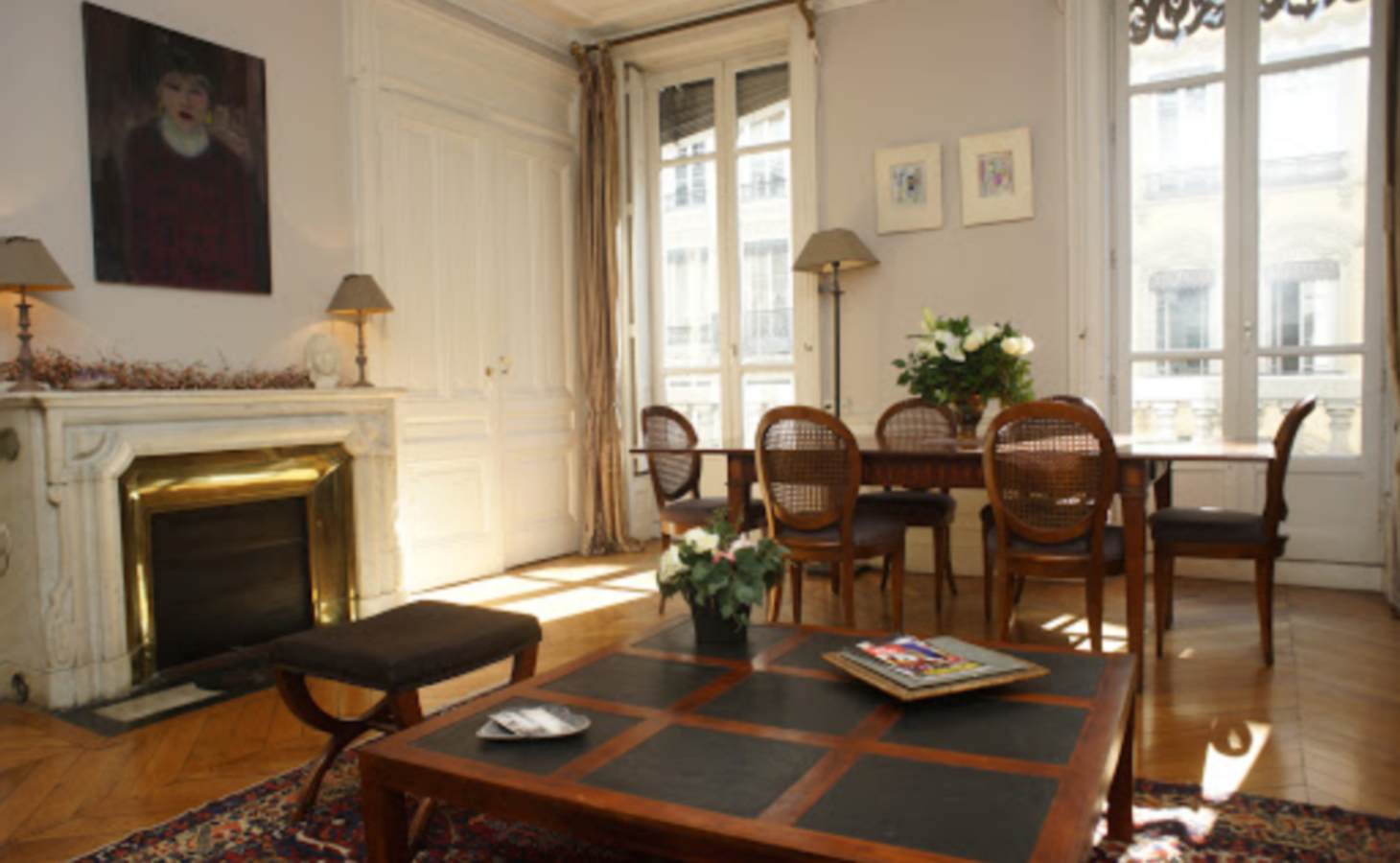 A living room filled with furniture and a fire place at Suite Edouard Herriot.