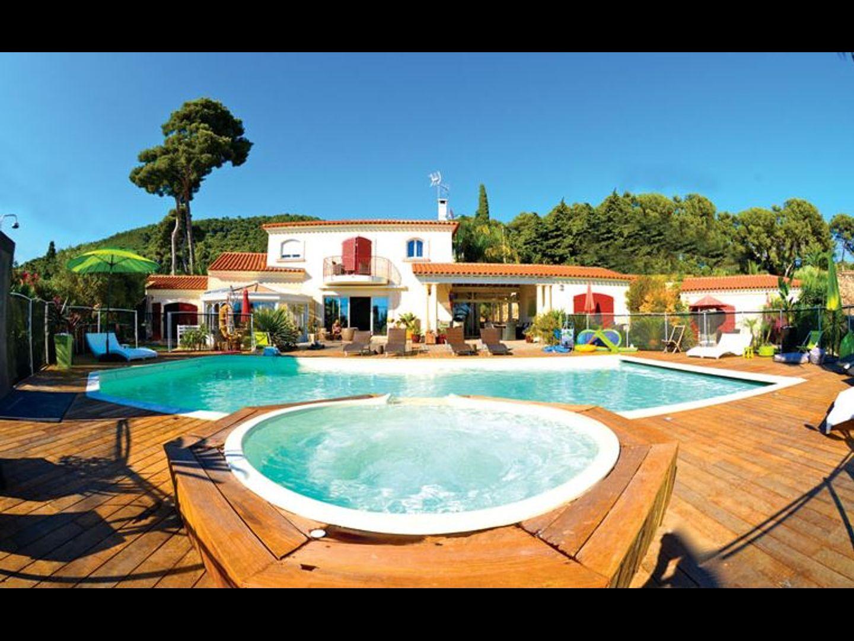 A large pool of water at Val d'Azur Chambres d'hôtes de charme dans le Var.