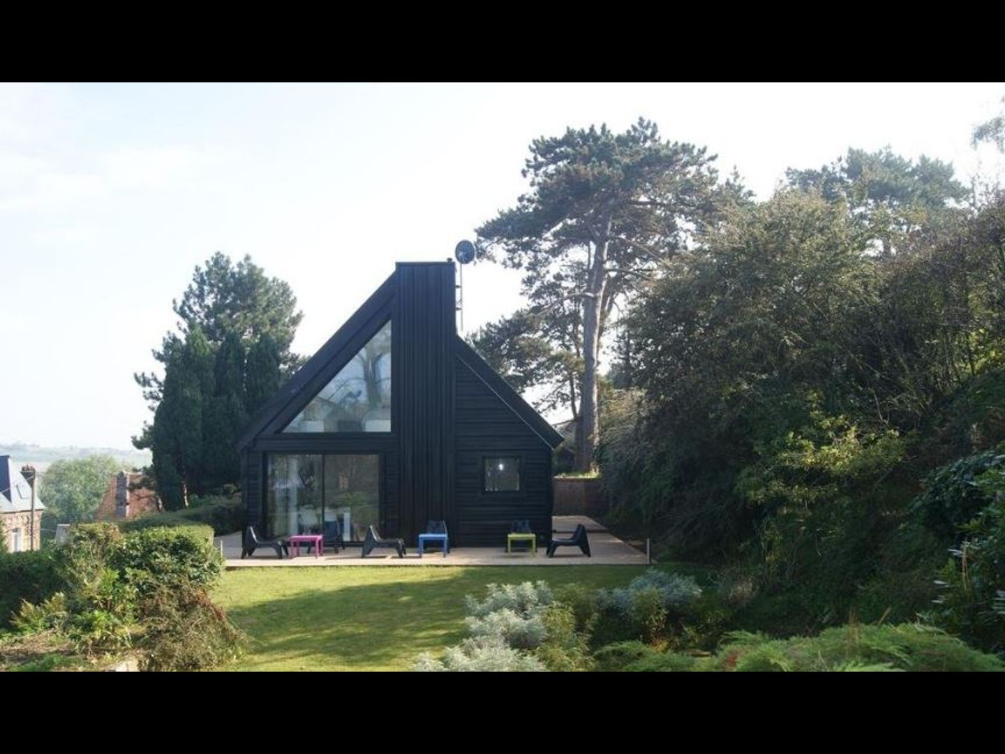 A house with trees in the background at Le Carré Quartz.