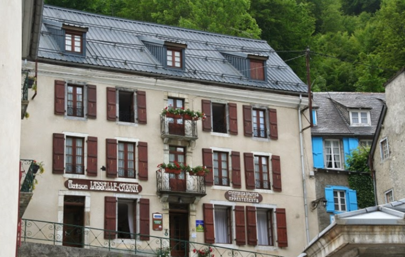 A close up of a street in front of a building at Maison Lassalle Cazaux.