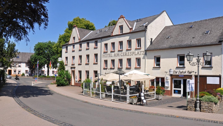 A close up of a street in front of a house at Hotel am Ceresplatz Hotel am Ceresplatz .