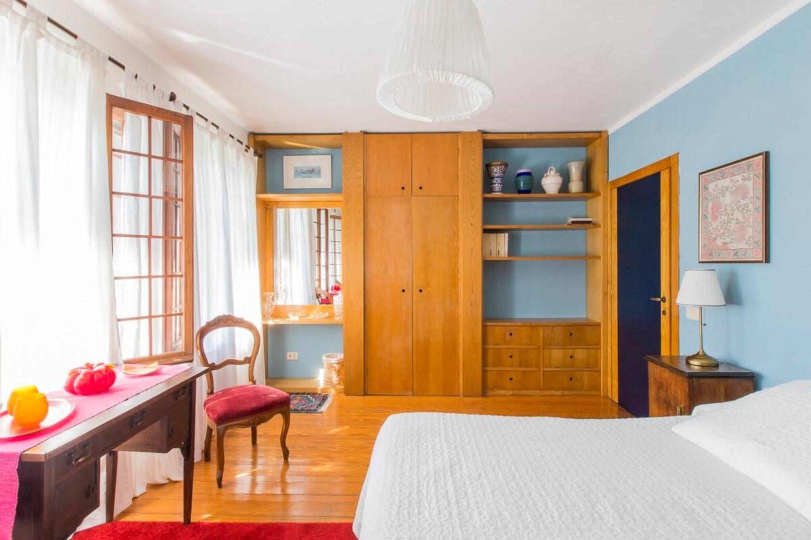 A bedroom with a bed in a room at B&B al Canal Venezia.
