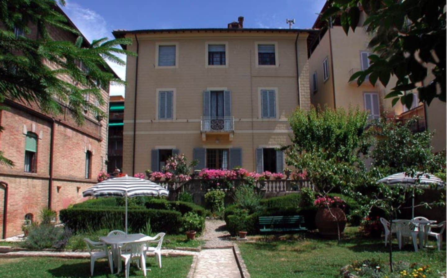 A house with bushes in front of a building at Villa Fiorita.