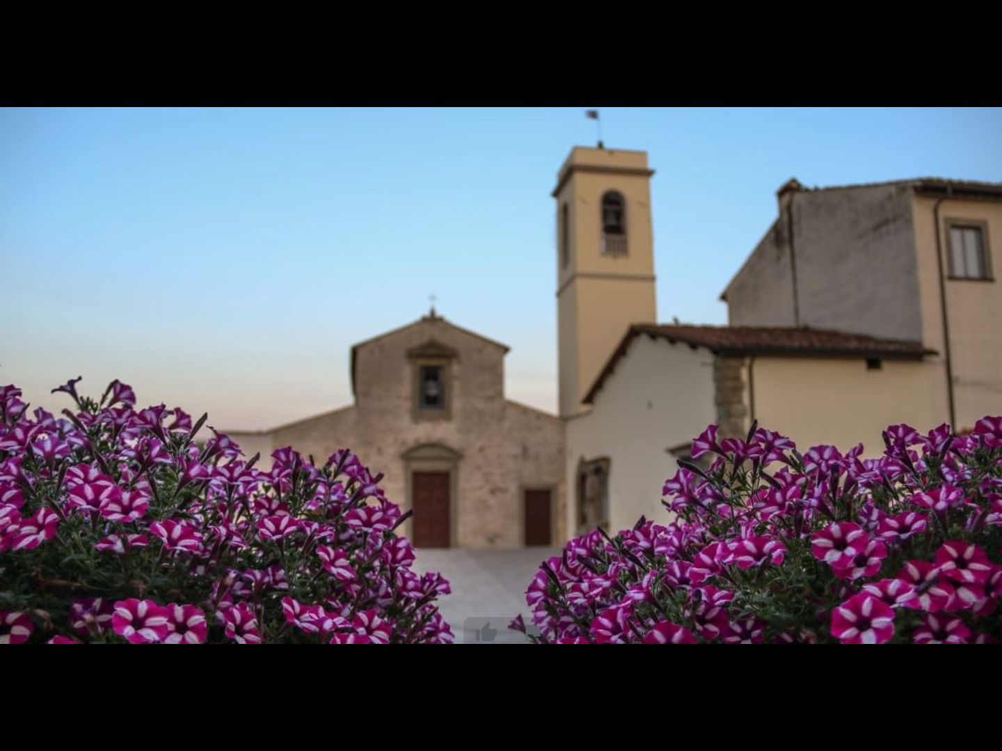 A building with a purple flower at Bed & Breakfast LA PIEVE.