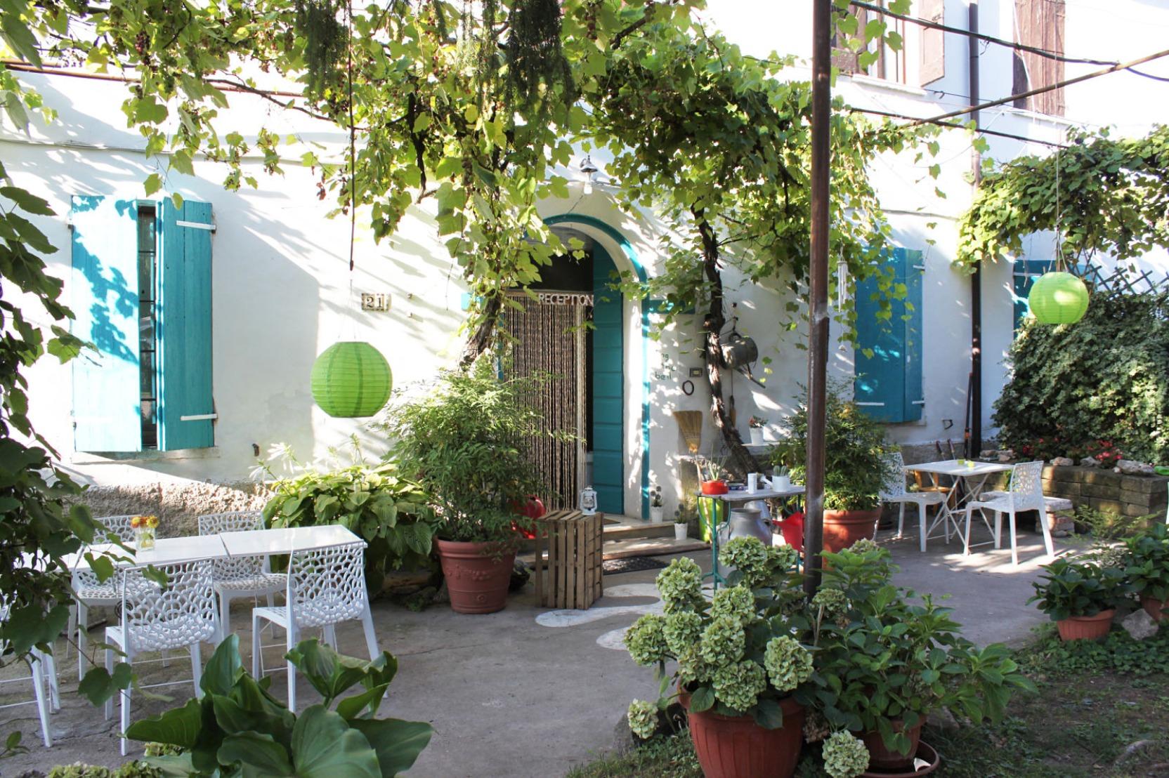 A bench in a garden at Agriturismo Beatilla.