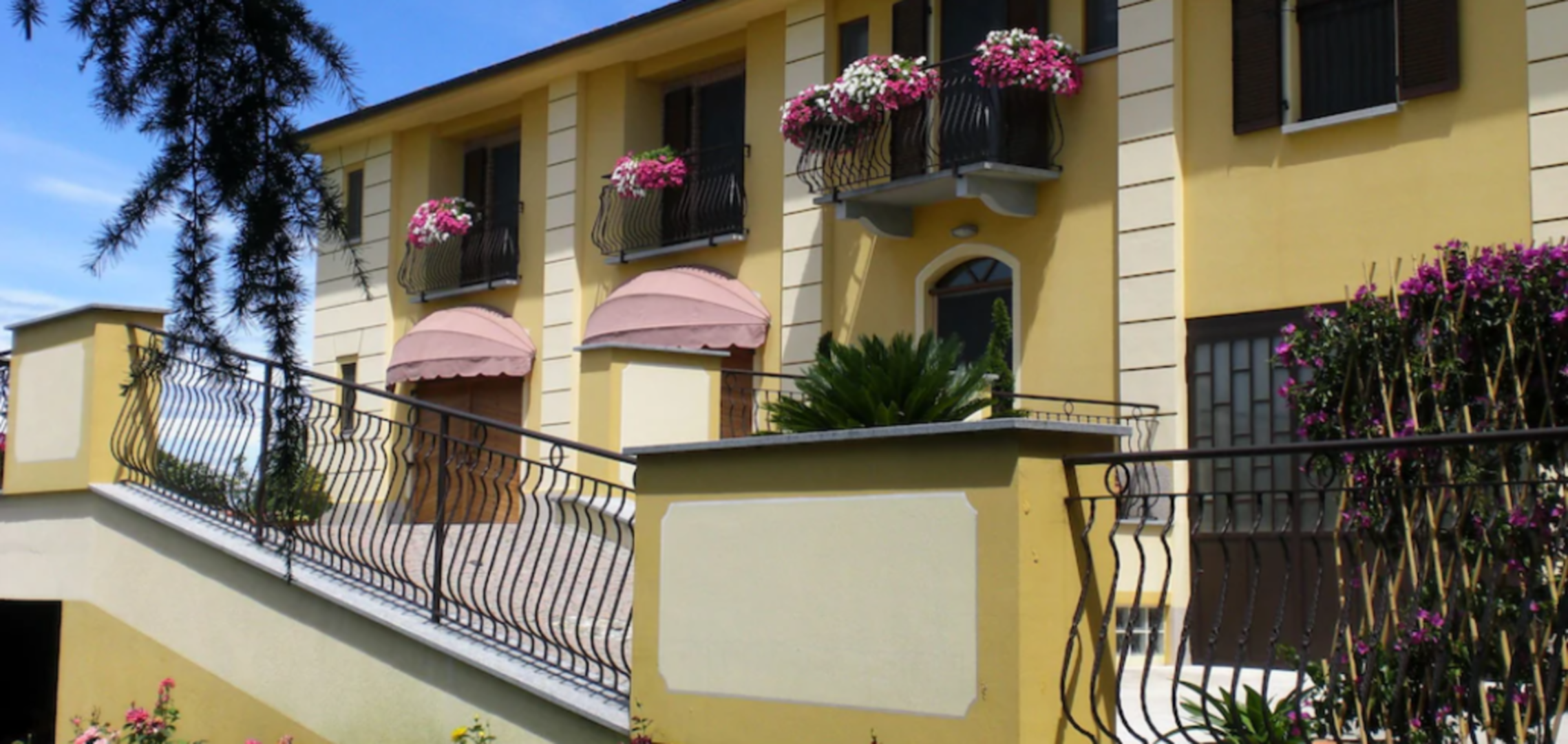 A dining table in front of a building at Agriturismo Cascina Rocca.