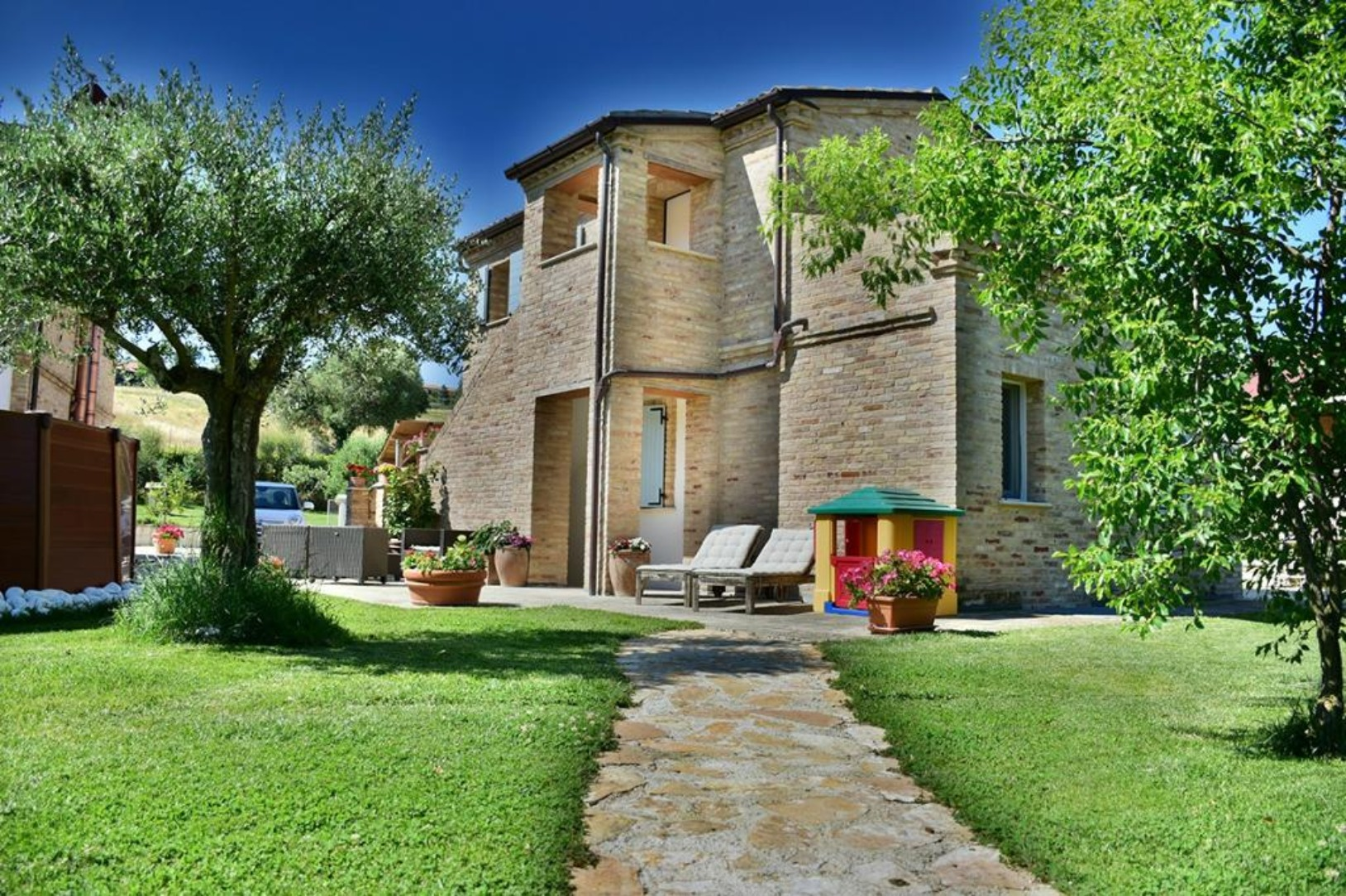 A large lawn in front of a house at Antica Campagna.
