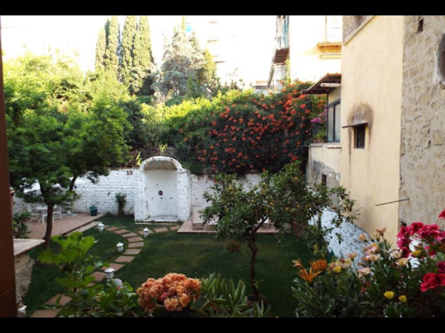 A house with trees in the background at B&B Ingiropernapoli.