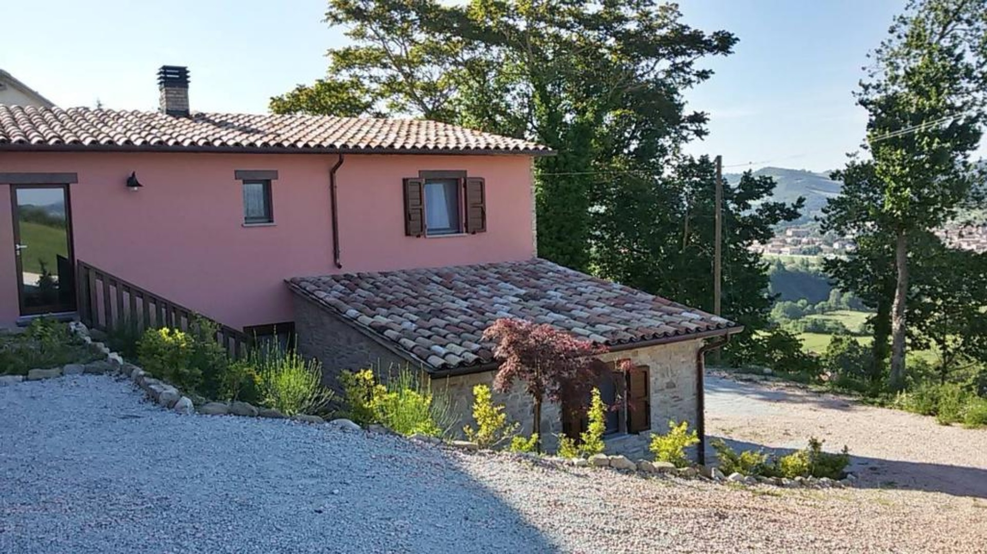 A house with trees in the background at B&B da Vi.Vì.
