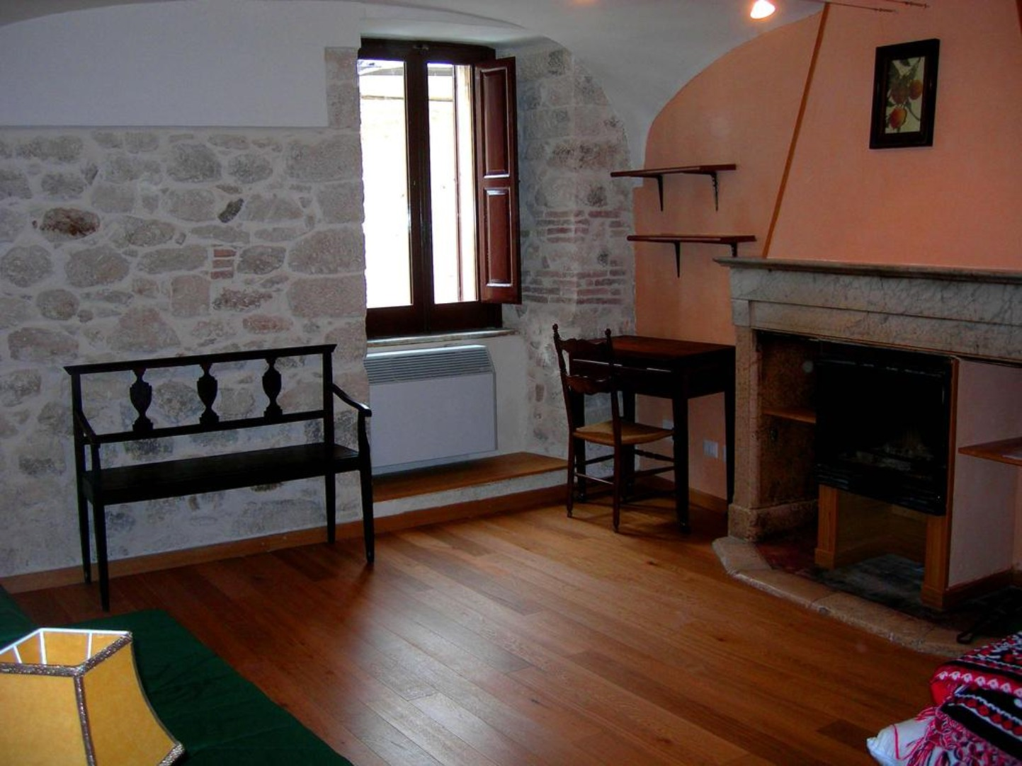 A living room with a wooden floor at Via Della Piazza Bed&Breakfast.