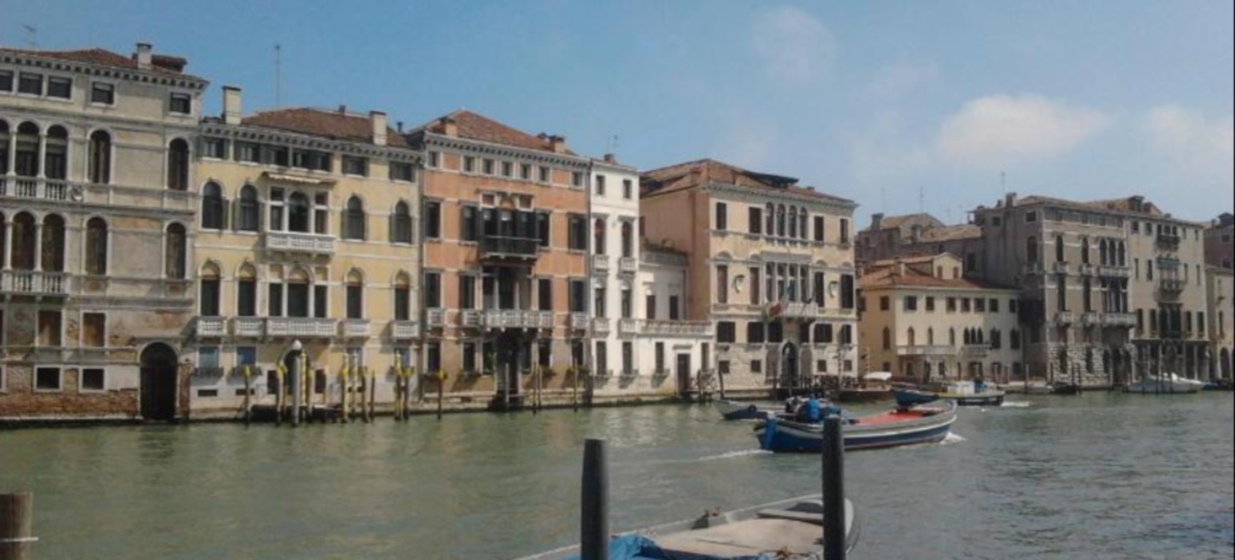 A castle with water in front of grand canal at Bed and breakfast Venice.it.