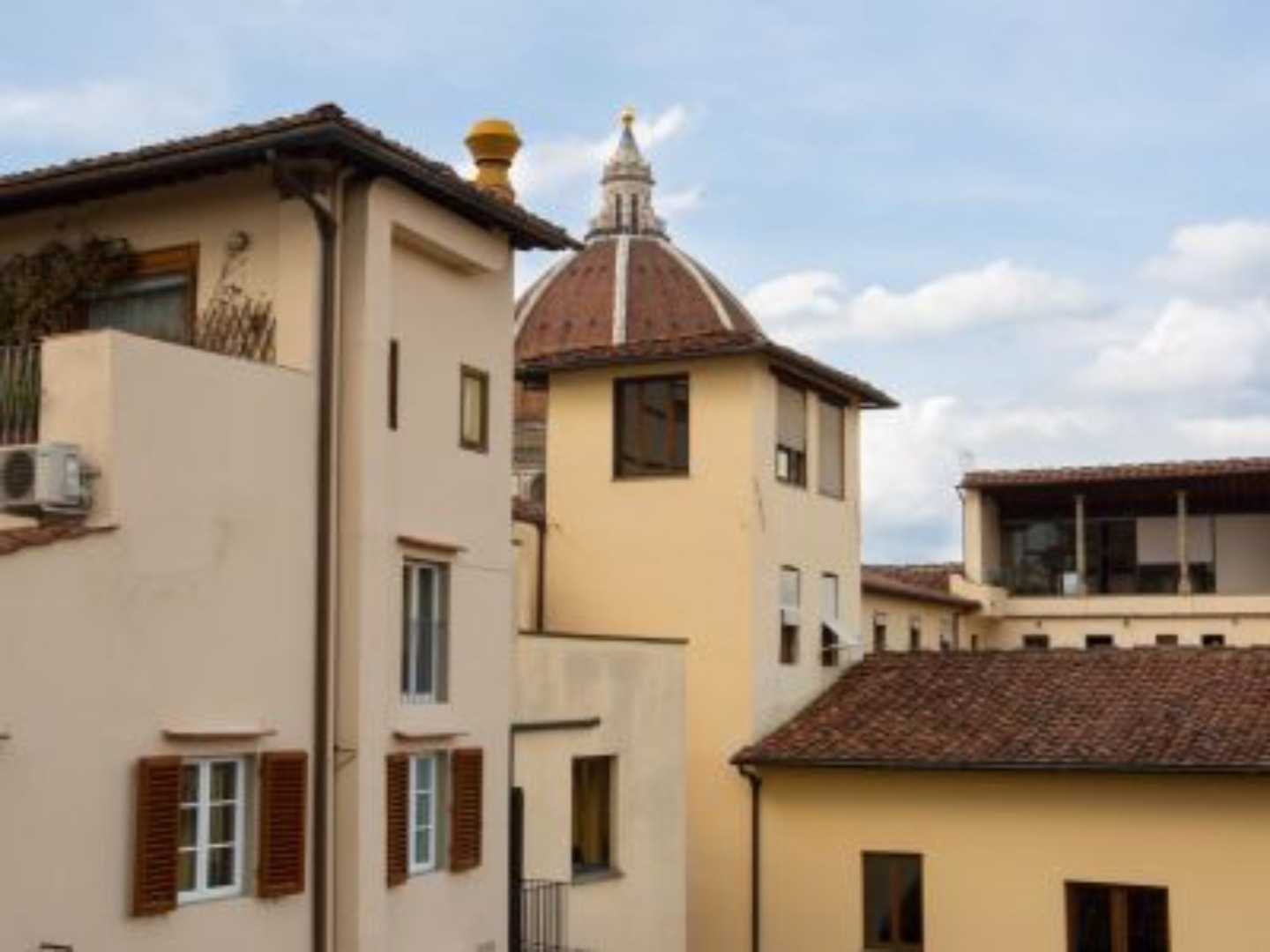 A small house in front of a building at B&B Il Bargello.