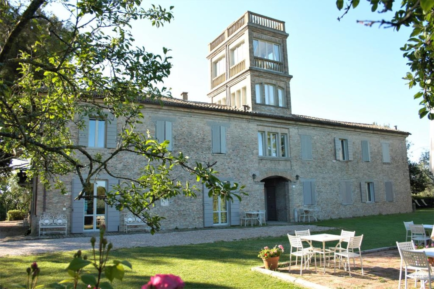 A large brick building at Il Pignocco Country House.
