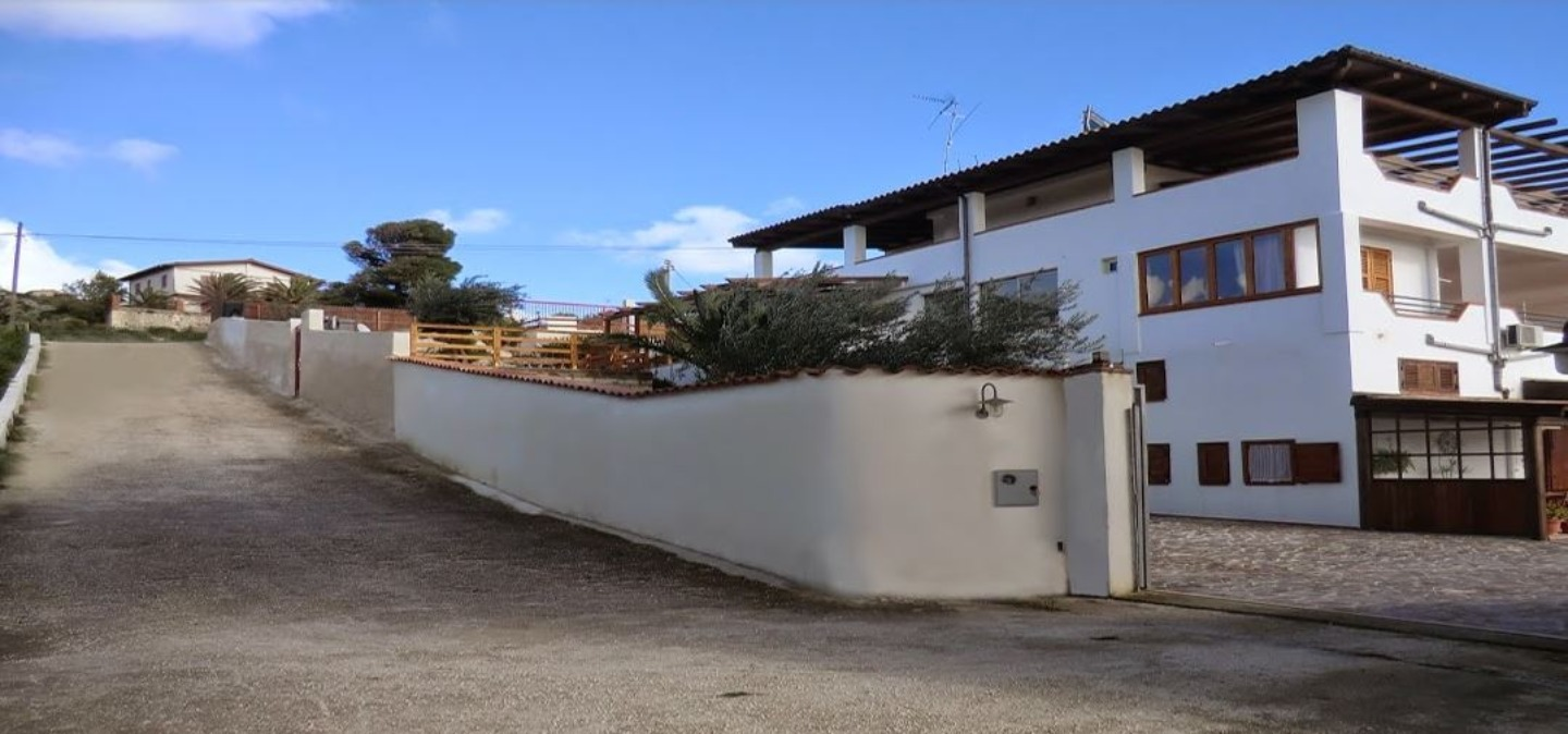 A small house in a parking lot at Bed and Breakfast MEDITERRANEO MARE E SOLE.