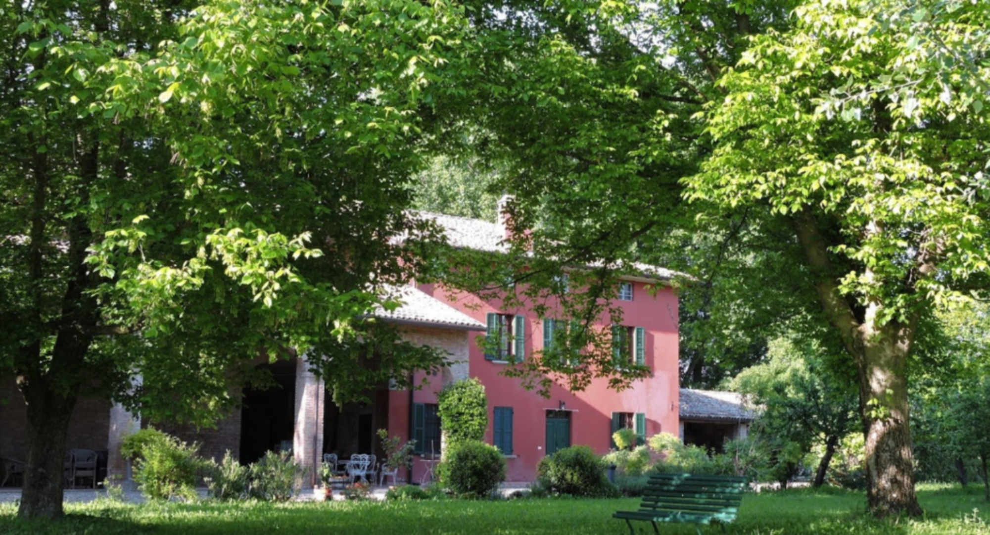 A small house in a tree at Podere Merlo Bed and Breakfast.
