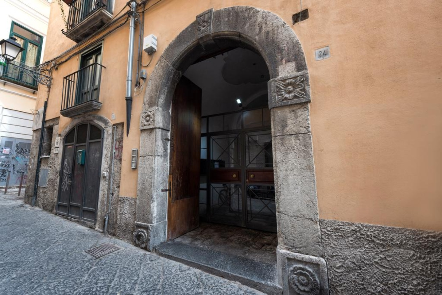 A statue of a stone building at Bed and Breakfast Salerno Centro.