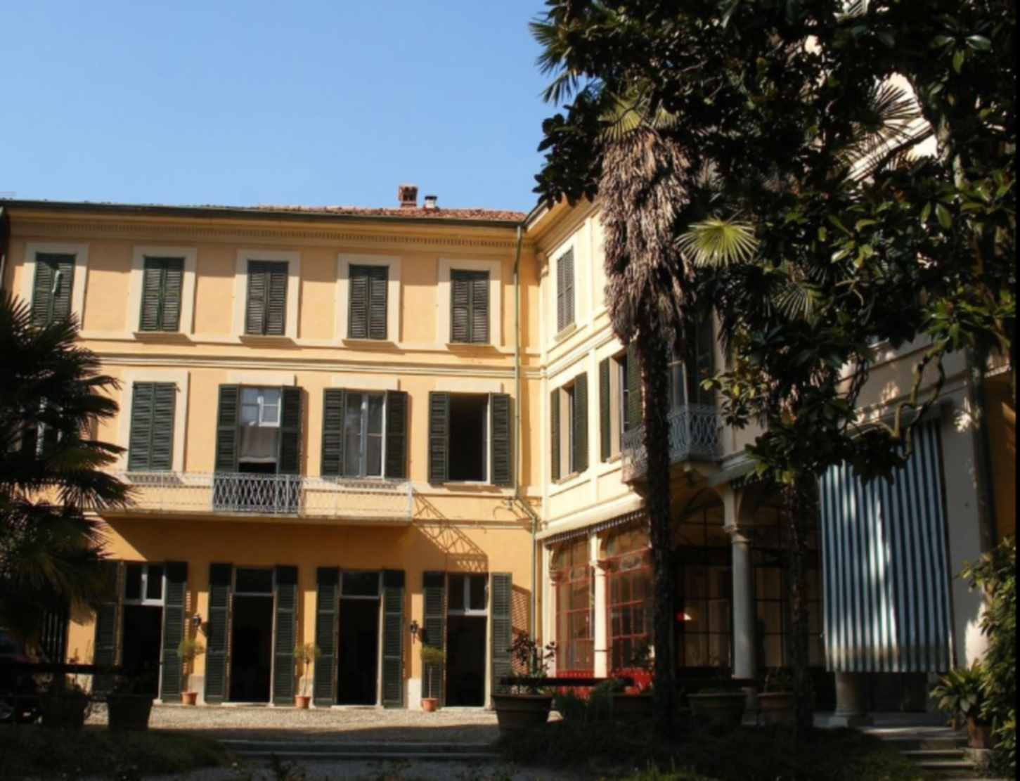 A group of people in front of a building at Villa Cavadini Relais.