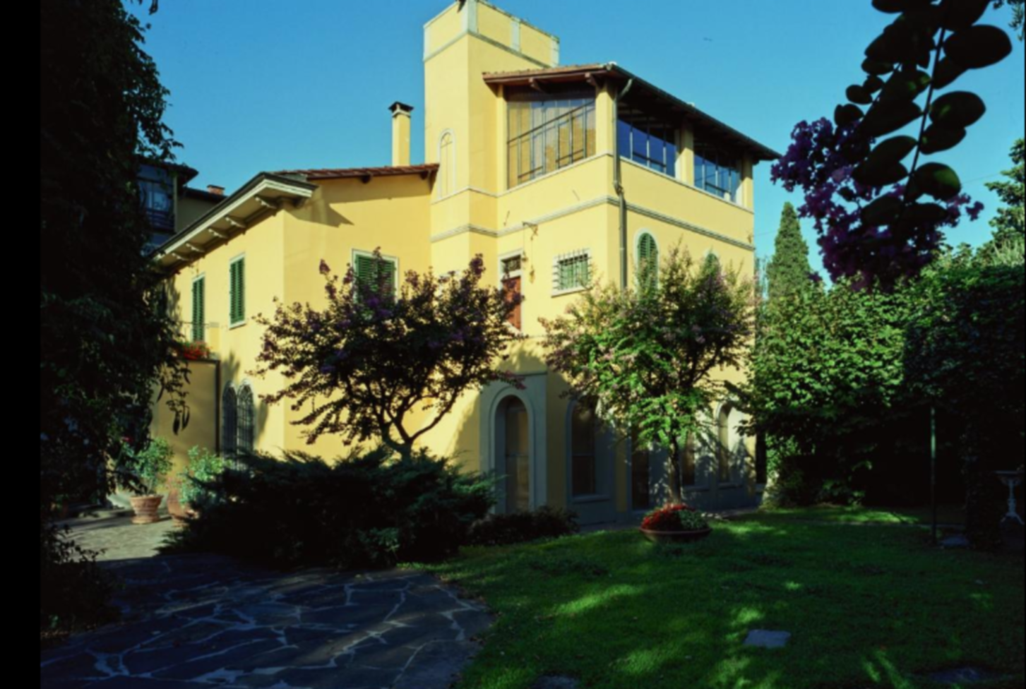 A house with trees in the background at Villa La Sosta.