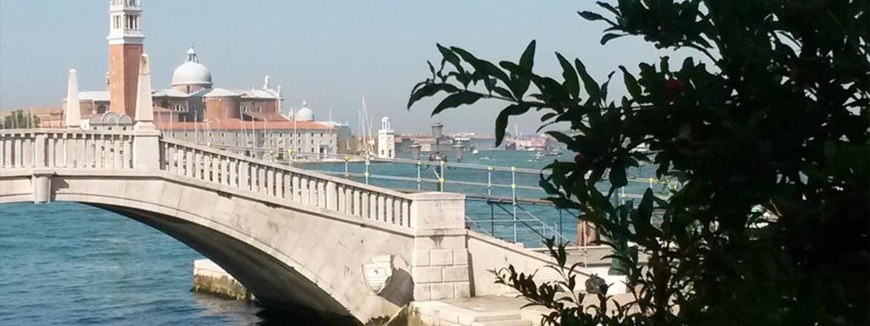 A large bridge over some water at La Casa Del Mercante Veneziano.