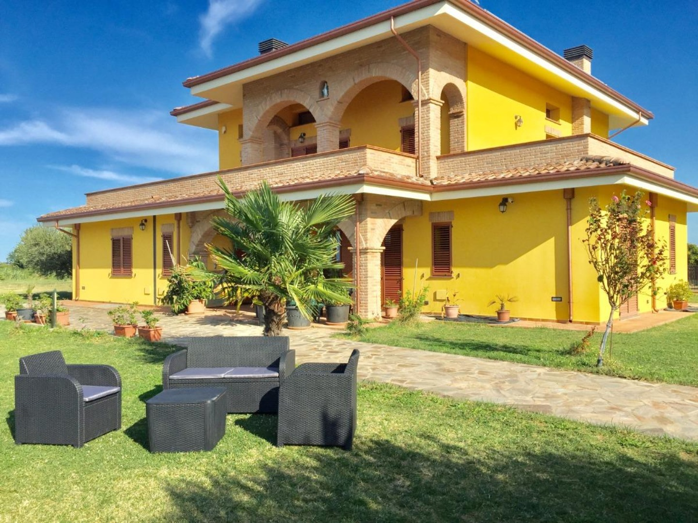 A large lawn in front of a house at Villa Parco del Lago.