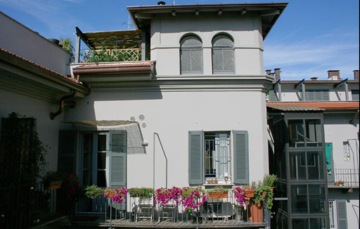 A person standing in front of a house at Milano Bella B&B.