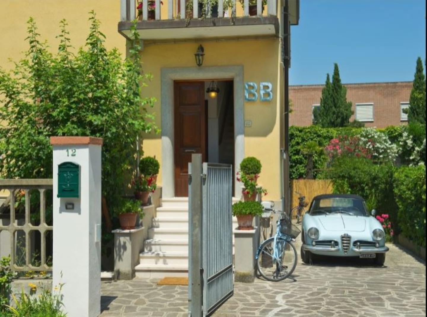 A car parked on the side of a building at B&B Casa Robinig.