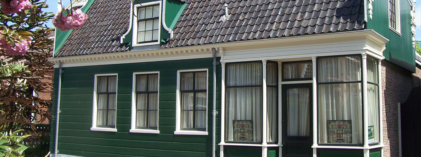 A large brick building with a window at 'T Zaanse Koopmans House.